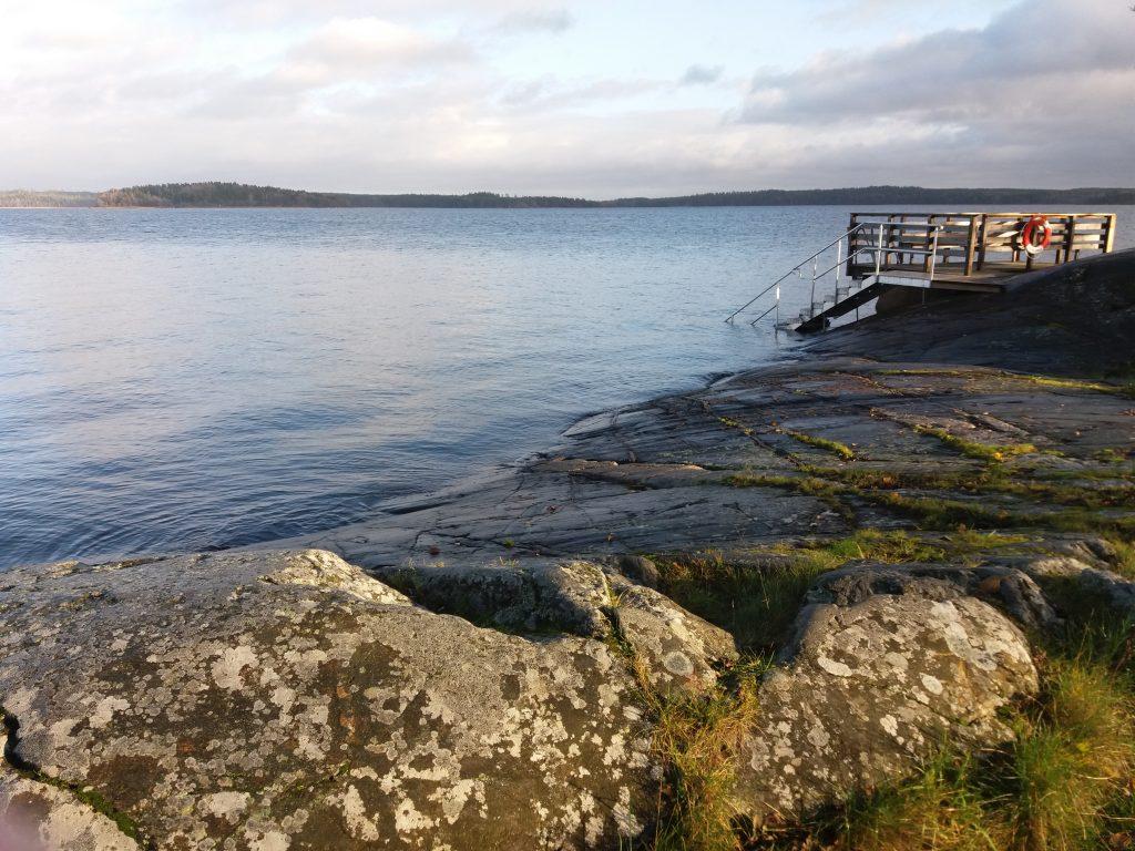 Klippa och badbrygga – bra miljö för att lyssna på Sommar i P1