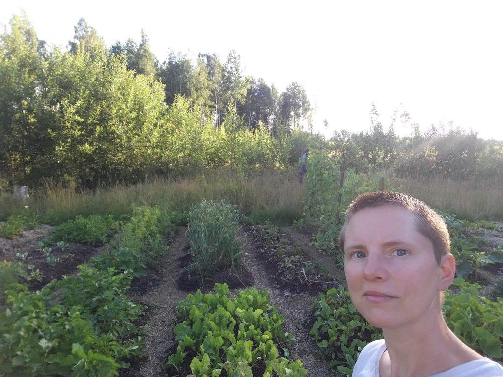 Jenny framför en del av sina odlingar